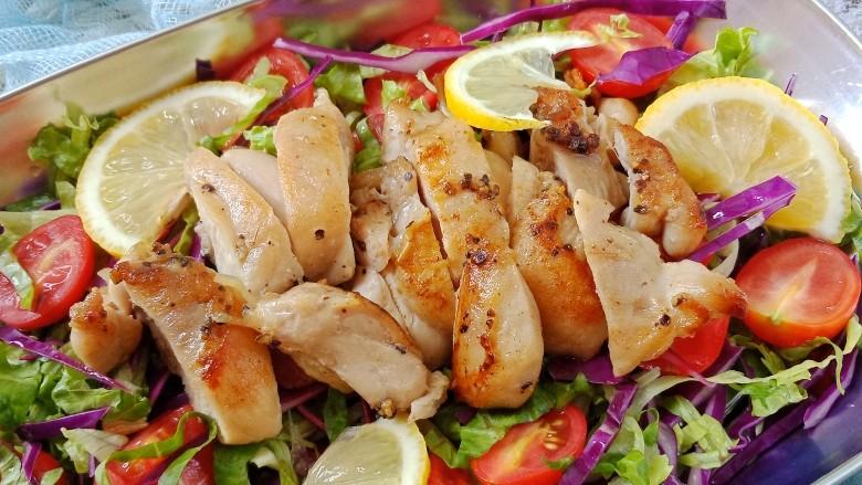 夏日减脂~鸡肉沙拉,煎好的鸡腿肉切块放在蔬菜上,挤上<a style='color:red;display:inline-block;' href='/shicai/ 595'>柠檬</a>汁