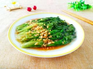 蚝油生菜,把生菜摆在盘里,浇上汁即可