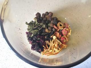 夏季消暑饮品—冰镇酸梅汤,将食材清洗干净放入锅里