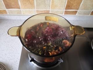 夏季消暑饮品—冰镇酸梅汤,浸泡后开大火煮至沸腾,转中小火继续煮30分钟。