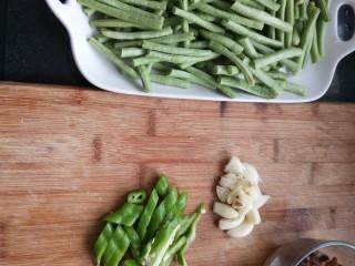 干煸豆角,青椒切段蒜切粒