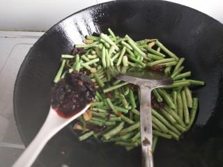 干煸豆角,因为豆角很嫩,翻炒后会变得碧绿