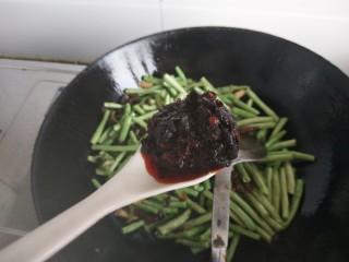 干煸豆角,加一勺子豆豉增香加入糖盐一起翻炒