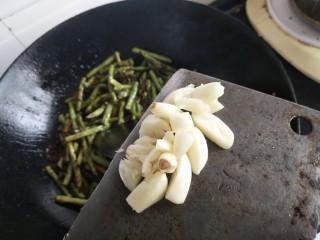 干煸豆角,加入蒜瓣提鲜