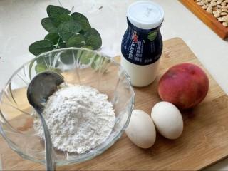 松饼蜜桃派~,面粉我用了这种勺子两勺的量,桃选一个熟透的,能直接扒皮的。