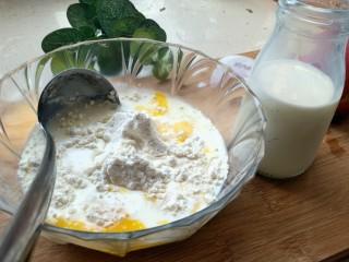 松饼蜜桃派~,鸡蛋,牛奶和面粉混匀。牛奶加入的量得看你面的多少,我这里用了两勺面加了100ml奶,面糊不能太稀也不能太稠,筷子搅拌拿起来的时候,面糊不容易断(对,像舀蜂蜜的那种感觉)。