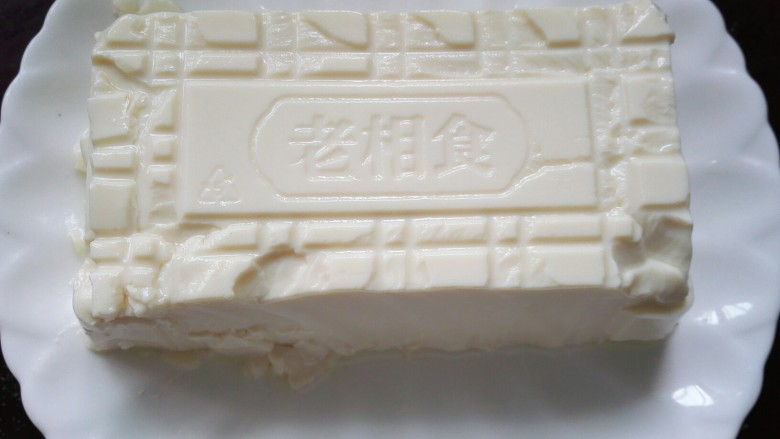 凉拌皮蛋豆腐,将豆腐倒扣