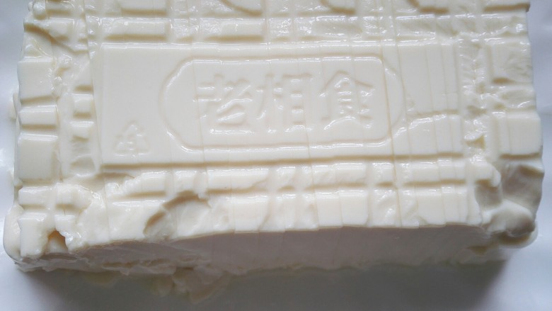 凉拌皮蛋豆腐,将豆腐切成均匀的块状