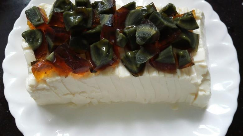 凉拌皮蛋豆腐,整齐的码放在豆腐上