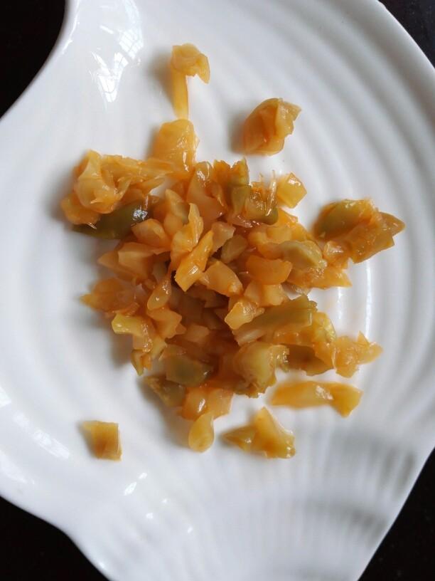 凉拌皮蛋豆腐,榨菜丝切成小丁状