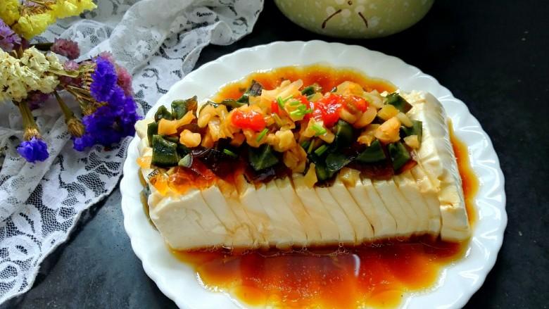 凉拌皮蛋豆腐,拍上成品图,一道美味的凉拌皮蛋豆腐就完成了,非常适合夏天的菜呦