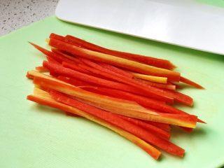 快手营养早餐09,这时,将胡萝卜切粗丝,这种胡萝卜生吃脆甜,不用焯水也很好吃;