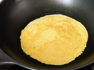 快手营养早餐09,翻面,再摊1分钟,两面总共3分钟,出锅。如果你技术好,饼薄很快就出锅了,还可以用摊饼神器;