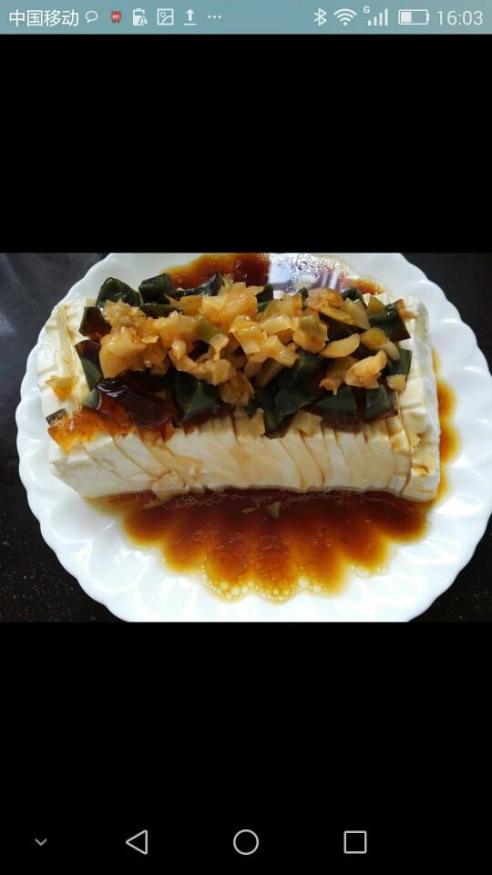 凉拌皮蛋豆腐,将榨菜丁码放在皮蛋上