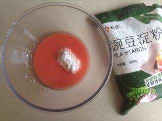 少女粉豌豆凉粉,倒入80克豌豆粉。