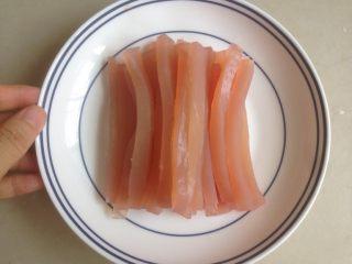 少女粉豌豆凉粉,切成细长条。