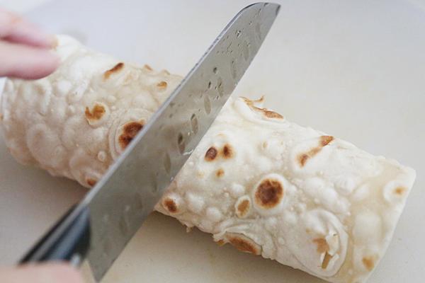 鸡胸沙茶卷饼,用刀在中间切断即可摆盘上桌