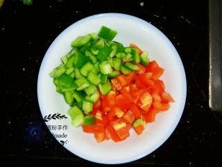 酸汤肥牛,把红、青椒切成丁。
