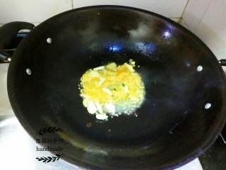 酸汤肥牛,锅里倒入油,加热一下倒进姜片、蒜片,翻炒出香味,然后加入黄椒酱,继续翻炒约一分钟。