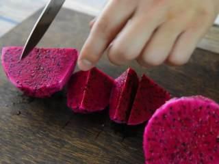 火龙果牛奶小方—这是一款甜心美味高颜值的手工DIY甜品,火龙果去皮,切块后碾成汁