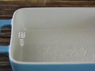 火龙果牛奶小方—这是一款甜心美味高颜值的手工DIY甜品,容器里撒上椰蓉。
