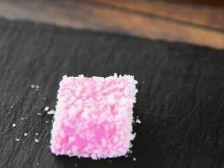 火龙果牛奶小方—这是一款甜心美味高颜值的手工DIY甜品,裹上椰蓉。