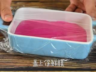 火龙果牛奶小方—这是一款甜心美味高颜值的手工DIY甜品,盖上保鲜膜,冰箱冷藏2小时。