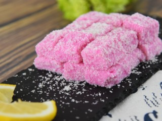 火龙果牛奶小方—这是一款甜心美味高颜值的手工DIY甜品,清新的热带水果香带给你软糯香甜的口感。