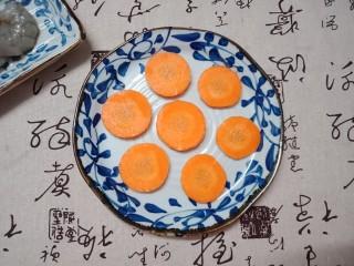 虾仁玉子豆腐,红萝卜去皮切成5毫米的薄片,多少只虾就切多少片红萝卜片