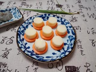 虾仁玉子豆腐,玉子豆腐切成大概2厘米厚的小段,铺红萝卜片上