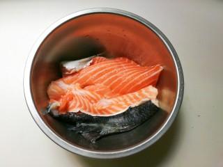 花椒三文鱼骨,三文鱼骨刮去鱼鳞清洗干净沥干水