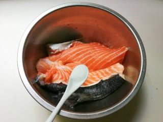 花椒三文鱼骨,撒一小勺盐三文鱼骨表面