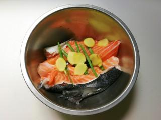 花椒三文鱼骨,放入姜片拌匀腌制十五分钟