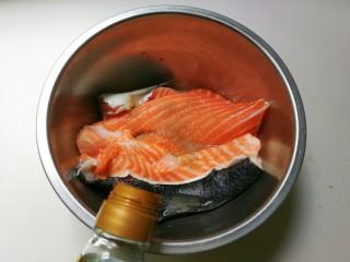 花椒三文鱼骨,放一勺蒸鱼豉油