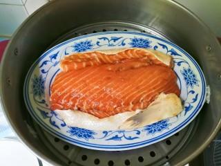 花椒三文鱼骨,蒸锅水开放入三文鱼骨蒸八分钟焖三分钟
