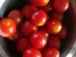 夏日去湿,紫苏烤五花肉,番茄洗净沥干对半切开