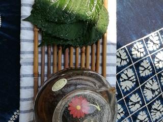 夏日去湿,紫苏烤五花肉,自家阳台上种的紫苏长得可茂盛了,摘下大叶片,洗净备用。也可以用来泡红糖紫苏姜茶哦,可以预防和治疗暑湿感冒。