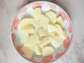 #宝宝辅食#多彩土豆条,土豆切小块儿,放盘子里上锅蒸熟
