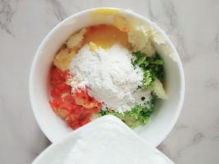 #宝宝辅食#多彩土豆条,最后加入面粉,搅拌均匀