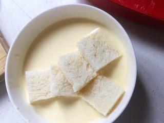 焗烤英式布丁,将吐司块放入蛋白液中浸泡个五、六秒