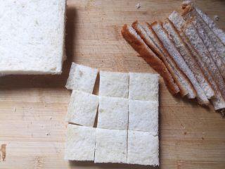 焗烤英式布丁,吐司边缘切掉,然后将吐司切成约2cm的小方块