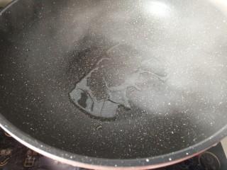 照烧汁巴沙鱼排,平底锅热油