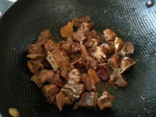 夏日滋阴,红糖姜母鸭,改中火,烧至汤收