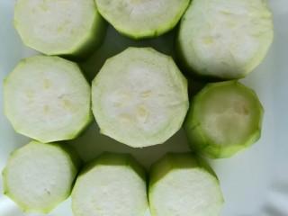 蒜蓉丝瓜,切段(5-6cm)码到盘里