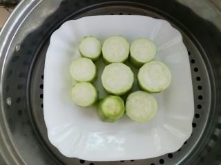蒜蓉丝瓜,开水放蒸锅,蒸3-5分钟