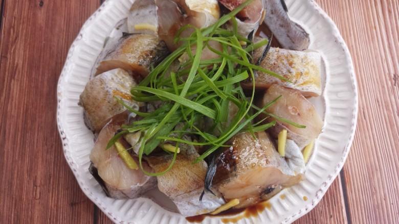 入口即化的清蒸鳕鱼,上面再撒上葱丝。