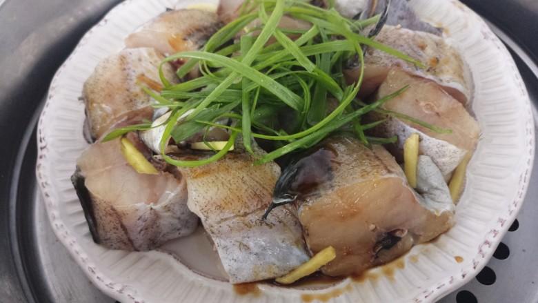 入口即化的清蒸鳕鱼,然后上锅蒸,大火蒸八分钟左右。