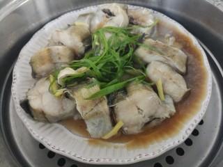 入口即化的清蒸鳕鱼,八分钟后,鳕鱼就蒸熟了。