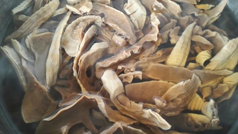 笋干烧五花肉,等笋干煮的比较烂即可关火