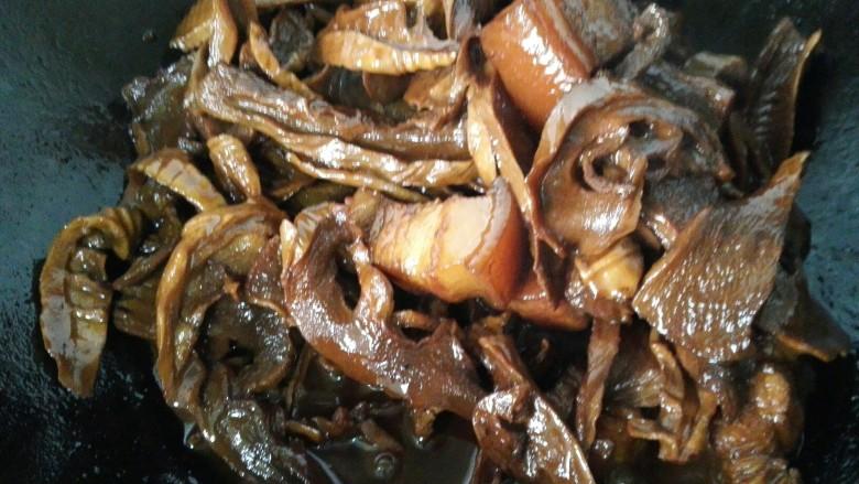 笋干烧五花肉,等笋干和肉烧入味汁收干即可出锅